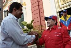 Presidente da Venezuela, Nicolás Maduro, e Diego Maradona em Caracas. 11/04/2013 REUTERS/Palácio Miraflores/Divulgação