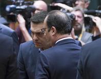 """Президент Франции Франсуа Олланд (справа) и премьер Греции Алексис Ципрас на саммите ЕС в Брюсселе 12 февраля 2015 года. Греция и ее кредиторы вот-вот объявят о долгожданной сделке """"деньги в обмен на реформы"""", сказал в среду президент Франции Франсуа Олланд. REUTERS/Yves Herman"""