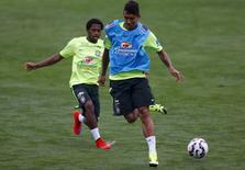 Firmino e Fred (esquerda) em treino da seleção brasileira na Granja Comary, em Teresópolis (RJ). 02/06/2015 REUTERS/Ricardo Moraes