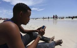 Près de 80% des 800 millions d'habitants de l'Afrique sub-saharienne devraient avoir accès à des téléphones portables d'ici 2020, le double du taux de pénétration actuel, estime la fédération professionnelle des télécoms GSMA. /Photo d'archives/REUTERS/Feisal Omar