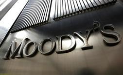 El logo de Moody's en su sede corporativa en el World Trade Center en Nueva York, feb 6 2013. La debilidad económica y las elevadas tasas de interés de Brasil perjudicarán sus objetivos de reducción de deuda pese a los esfuerzos de consolidación fiscal del Gobierno, un factor que podría deteriorar aún más su perfil de calificación de crédito, dijo el miércoles la agencia Moody's. REUTERS/Brendan McDermid (UNITED STATES - Tags: BUSINESS) - RTR3DFKY
