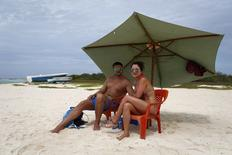 British tourist Matthew Napier (L), 35, and Aiskel Rendon, a 31-year-old Venezuelan, pose for a picture at a beach in the archipelago of Los Roques May 29, 2015.   REUTERS/Carlos Garcia Rawlins
