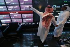 Инвесторы на фондовой бирже в Эр-Рияде 12 ноября 2014 года. Открытие рынка Саудовской Аравии для прямых иностранных инвестиций сулит игрокам миллиарды долларов, но международные банки и управляющие компании опасаются развивать бизнес в королевстве. REUTERS/Faisal Al Nasser