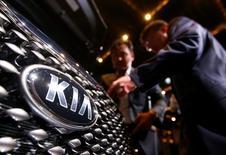 El público visitante mira el modelo Sorento de Kia, en su evento de lanzamiento en Seúl, 28 de agosto de 2014. El fabricante surcoreano de autos Kia Motors Corp. proyecta vender 9,000 vehículos en México en 2015, su primer año de operaciones, y no prevé compartir con su marca hermana Hyundai la fábrica que está construyendo en el norte del país. REUTERS/Kim Hong-Ji