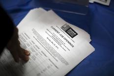 Lista de vagas de empregos distribuídas durante feira de emprego para sem-tetos em Los Angeles. 04/06/2015 REUTERS/David McNew