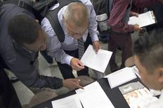 Personas buscando empleo en una feria de trabajos para los indigentes, en Los Angeles, California, 4 de junio de 2015. La creación de empleos en Estados Unidos se aceleró con fuerza en mayo y los salarios repuntaron, señales de que la economía ha ganado un impulso que eleva la probabilidad de que la Reserva Federal suba las tasas de interés en septiembre. REUTERS/David McNew -