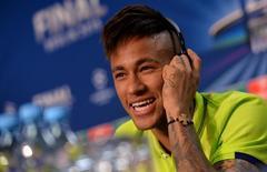 Neymar, do Barcelona, concede entrevista em Berlim, na Alemanha, antes da final da Liga dos Campeões, nesta sexta-feira. 05/06/2015 REUTERS/Pool