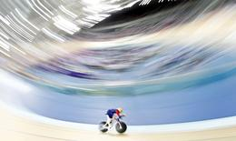 Bradley Wiggins pedals during his attempt to break cycling's hour record at the Olympic velodrome in East London, Britain, June 7, 2015. REUTERS/Andrew Winning