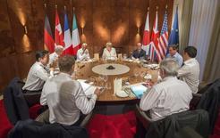 """Лидеры стран G7 на саммите в Крюне, Германия 7 июня 2015 года. Лидеры стран """"Большой семерки"""" (G7) на саммите в баварских Альпах призвали сохранять жесткую позицию по отношению к России, пока президент РФ Владимир Путин не станет придерживаться всех пунктов минских мирных соглашений, направленных на деэскалацию конфликта на Украине. REUTERS/Michael Kappeler/Pool"""