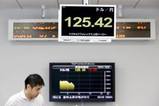 Экран с курсом доллара США к японской иене в трейдинговой конторе в Токио. 8 июня 2015 года. Курс доллара держится около 13-летнего максимума к иене, поскольку вышедший в пятницу отчет о занятости в США убедил инвесторов, что ФРС повысит процентные ставки в этом году. REUTERS/Thomas Peter