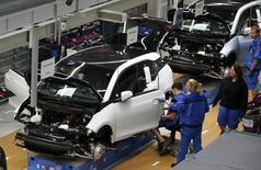 La production industrielle allemande a rebondi de 0,9% en avril, une hausse plus forte que prévu, après s'être tassée de 0,4% le mois précédent. /Photo d'archives/REUTERS/Fabrizio Bensch
