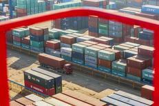 Le port de Lianyungang, dans la province chinoise du Jiangsu. Une chute plus forte que prévu des importations chinoises en mai tend à renforcer la conviction que de nouvelles mesures de relance pourraient s'avérer nécessaires afin d'éviter un ralentissement brutal de la deuxième économie mondiale. /Photo prise le 23 janvier 2015/ REUTERS/China Daily