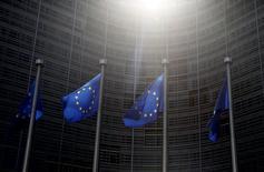 Banderas de la Unión Europea ondean afuera de la sede de la Comisión Europea, en Bruselas, Bélgica, 4 de junio de 2015.  La confianza en la zona euro se debilitó aún más en junio, luego de que la crisis de la deuda griega y un euro levemente más firme llevaron a los inversores a recortar sus expectativas sobre la economía. REUTERS/Francois Lenoir