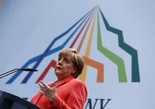 Angela Merkel lors d'une conférence de presse à l'issue du G7 en Allemagne. La France et l'Allemagne ont exhorté lundi la Grèce et ses créanciers à aller désormais très vite en besogne pour parvenir à un accord sur la dette grecque afin d'éloigner le spectre d'une sortie du pays de la zone euro. /Photo prise le 8 juin 2015/REUTERS/Michaela Rehle