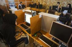 Imagen de archivo de un locutorio de internet en Teherán, mayo 9 2011. Las autoridades iraníes detuvieron a cinco personas por sus actividades en las redes sociales bajo cargos de amenazar la seguridad, según citó la prensa local a un portavoz judicial, en un nuevo episodio de la larga lucha de la república islámica para acabar con la disidencia en Internet.     REUTERS/Raheb Homavandi