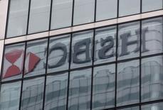 Штаб-квартира HSBC в Лондоне 15 февраля 2015 года. HSBC сократит почти 50.000 рабочих мест в своих подразделениях, уменьшит размер инвестиционного банка и снизит объем рискованных активов на $290 миллиардов, чтобы улучшить слабеющие показатели, сообщил во вторник крупнейший европейский банк. REUTERS/Peter Nicholls