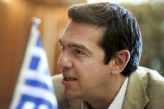El primer ministro griego, Alexis Tsipras, durante una reunión con el ministro de Exteriores palestino, Riyad al-Maliki (al que no se ve) en Atenas, el 8 de junio de 2015. Grecia presentó a sus acreedores nuevas propuestas para destrabar fondos que eviten que el país caiga en default, mientras el primer ministro, Alexis Tsipras, mostró esperanzas de un acuerdo y advirtió que el costo del fracaso sería enorme. REUTERS/Alkis Konstantinidis