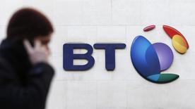 L'autorité britannique de la concurrence a annoncé mardi avoir décidé l'ouverture d'une enquête approfondie sur le projet de rachat de l'opérateur mobile EE par BT pour 12,5 milliards de livres (17 milliards d'euros), en estimant que l'opération pourrait considérablement réduire la concurrence dans le secteur.  /Photo prise le 5 février 2015/REUTERS/Suzanne Plunkett