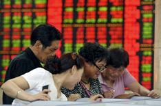 Инвесторы в брокерской конторе в городе Фуян в китайской провинции Аньхой. 29 мая 2015 года. Азиатские фондовые рынки снизились в среду за счет местных новостей. REUTERS/Stringer
