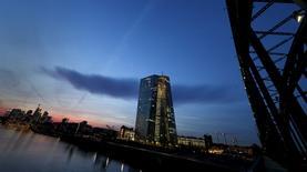 """La Banque centrale européenne (BCE) a relevé de 2,3 milliards d'euros, à 83,0 milliards, le plafond des financements mis à la disposition des banques grecques dans le cadre de la """"fourniture de liquidité d'urgence"""" (""""emergency liquidity assistance"""", ELA). /Photo prise le 13 avril 2015/REUTERS/Kai Pfaffenbach"""