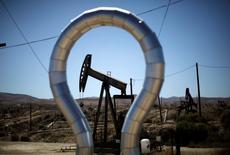 Unas unidades de bombeo de crudo en el campo petrolero Midway Sunset en California, abr 29 2013. Los precios del petróleo subían el miércoles tras un reporte del gobierno de Estados Unidos que confirmó una fuerte caída semanal en los inventarios de crudo y ante las señales de que el crecimiento de la producción en ese país está disminuyendo tras varios años de fuerte incremento.  REUTERS/Lucy Nicholson