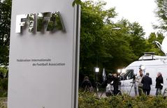 Members of the media stand in front of the entrance of the Federation Internationale de Football Association (FIFA) headquarters in Zurich, Switzerland, May 30, 2015.  REUTERS/Arnd Wiegmann