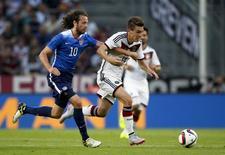 Mix Diskerud, dos EUA, em disputa de bola com Patrick Herrmann (direita), da Alemanha, durante amistoso em Colônia, na Alemanha, nesta quarta-feira. 10/06/2015 REUTERS/Ina Fassbender
