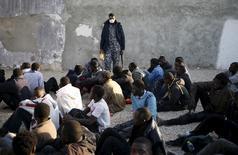 Policial vigia imigrantes ilegais numa base da polícia em Trípoli, na Líbia, em março. 13/03/2015 REUTERS/Goran Tomasevic