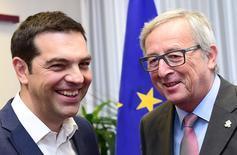 Premiê Tsipras com Juncker antes de reunião em Bruxelas 11/6/2015   REUTERS/Emmanuel Dunand/Pool