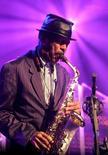 """Foto de archivo del saxofonista Ornette Coleman, tocando en el festival de Jazz de Montreaux, en Suiza, 2 de julio de 2006. Ornette Coleman, un saxofonista autodidacta que polarizó el mundo del jazz con su poco convencional """"free jazz"""" antes de ser considerado un genio """"avant garde"""", murió en la mañana del jueves a los 85 años, informó su publicista. REUTERS/Dominic Favre"""