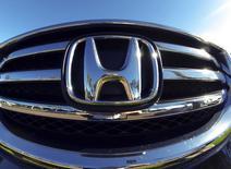 Honda Motor a annoncé vendredi que les rappels de voitures équipées d'airbags défectueux de Takata devraient lui coûter 44,8 milliards de yens (323 millions d'euros). /Photo prise le 5 novembre 2014/REUTERS/Mike Blake