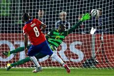 Vidal, do Chile, marca gol contra o Equador na partida de abertura da Copa América. 11/06/2015   REUTERS/Henry Romero