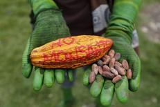 """Manifestation contre Monsanto. Ségolène Royal a annoncé dimanche son intention d'interdire la vente libre dans les jardineries françaises du """"Roundup"""", désherbant phare du groupe américain Monsanto classé cancérogène. /Photo prise le 23 mai 2015/REUTERS/John Vizcaino"""