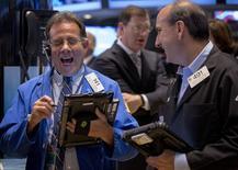 Operadores en la bolsa de Wall Street en Nueva York, june 5, 2015. Las acciones de Estados Unidos abrieron a la baja el lunes debido a que Grecia se acercaba una cesación de pagos tras el quiebre de las conversaciones con sus acreedores internacionales el fin de semana. REUTERS/Brendan McDermid