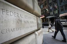 El edificio de la Reserva Federal de Nueva York, el 25 de marzo de 2015. La Reserva Federal de Estados Unidos estaría camino a elevar en septiembre las tasas de interés por primera vez en casi una década según un sondeo de Reuters, que sugiere que los economistas ahora están ampliamente convencidos acerca de que ese será el momento elegido. REUTERS/Brendan McDermid