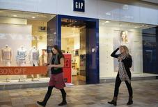 Gap a annoncé lundi son intention de fermer un quart des magasins à son nom en Amérique du Nord au cours des prochaines années, dont 140 dès cette année, et de supprimer environ 250 postes à son siège. /Photo d'archives/REUTERS/Rick Wilking