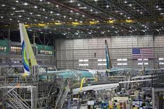 Chaîne d'assemblage de Boeing 737, à Renton, dans l'Etat de Washington. Boeing a annoncé, lors du Salon de l'aéronautique du Bourget, que la nouvelle compagnie aérienne chinoise Ruili Airlines s'était engagée à acheter 30 B737 MAX, avec l'appui du loueur AVIC International Leasing, un contrat de 3,2 milliards de dollars (2,84 milliards d'euros) au prix catalogue. /Photo d'archives/REUTERS/David Ryder