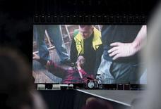 Dave Grohl, do Foo Fighters, é visto em telão após queda do palco em Gotemburgo. 12/6/2015.  REUTERS/Erik Abel/TT News Agency