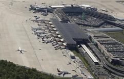 L'aéroport Konrad Adenauer de Cologne-Bonn. Les cinq plus grandes compagnies aériennes européennes ont mis leurs divergences de côté mercredi pour appeler l'Union européenne à réduire les coûts aéroportuaires et les taxes dans le cadre de son projet de modernisation du secteur aérien européen. /Photo prise le 6 mai 2015/REUTERS/Wolfgang Rattay