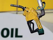Foto de archivo de una bomba de bencina colgando en una estación de petróleo, en Seúl, 27 de junio de 2011. Los inventarios de crudo en Estados Unidos cayeron la semana pasada, mientras que los de gasolina y destilados subieron, mostraron el miércoles datos de la gubernamental Administración de Información de Energía (EIA). REUTERS/Jo Yong-Hak/Files