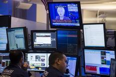 Трейдеры на фондовой бирже в Нью-Йорке. 17 июня 2015 года. Фондовые рынки США выросли в среду, так как, по мнению ФРС, американская экономика готова к повышению процентных ставок ближе к концу года. REUTERS/Lucas Jackson