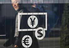 Вывеска пункта обмена валюты в Токио. 27 ноября 2014 года. Курс доллара снизился до месячного минимума после совещания ФРС, от которого многие ждали, но не получили явных намеков на срок повышения процентных ставок. REUTERS/Issei Kato