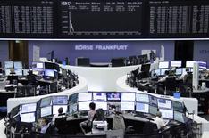 Помещение фондовой биржи во Франкфурте-на-Майне. 18 июня 2015 года. Европейские фондовые рынки снижаются, так как инвесторы почти потеряли надежду на решение долговых проблем Греции на встрече министров финансов еврозоны в четверг. REUTERS/Remote/Staff