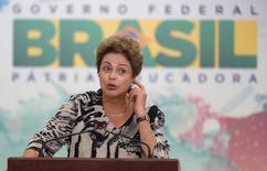 La presidenta de Brasil, Dilma Rousseff, hace un gesto durante una ceremonia en el Palacio Planalto, en Brasilia, Brasil, 17 de junio de 2015. La presidenta de Brasil, Dilma Rousseff, vetó el miércoles un aumento de los beneficios de pensiones aprobado por el Congreso y ofreció a cambio un nuevo esquema para limitar los gastos en seguridad social en los próximos años. REUTERS/Bruno Domingos