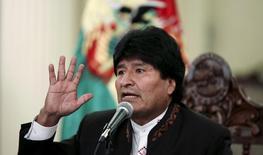 El presidente de Bolivia, Evo Morales, habla durante una conferencia de prensa en el palacio presidencial en La Paz, 15 de abril de 2015. La petrolera estatal boliviana YPFB y la española Repsol hallaron un yacimiento de petróleo en Bolivia con capacidad para producir hasta 28 millones de barriles, dijo el jueves el presidente del país andino. REUTERS/David Mercado