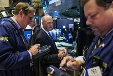Трейдеры на торгах Нью-Йоркской фондовой биржи 17 июня 2015 года. Фондовые рынки США выросли в четверг благодаря экономической статистике, причем индекс Nasdaq в ходе сессии обновил исторический максимум. REUTERS/Lucas Jackson