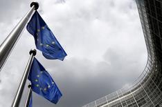 Banderas de la Unión Europea ondean afuera de la sede de la Comisión Europea, en Bruselas, Bélgica, 3 de junio de 2015. Los ministros de Finanzas de la Unión Europea alcanzaron el viernes un acuerdo sobre un proyecto de ley que busca reducir los riesgos de las operaciones bancarias, incluyendo una exención para los prestamistas de Reino Unido que ya enfrentan regulaciones similares. REUTERS/Francois Lenoir