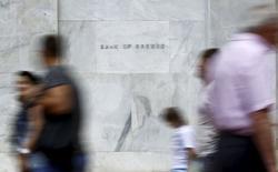 Grecia intentará llevar algo más a la mesa de negociaciones para llegar a un acuerdo sobre la deuda y el primer ministro, Alexis Tsipras, probablemente hable por teléfono el sábado con el jefe de la Comisión Europea, Jean-Claude Juncker, para intentar poner fin al bloqueo, dijo un ministro griego. En la imagen, gente camina ante el Banco de Grecia en Atenas el 19 de junio de 2015. REUTERS/Paul Hanna