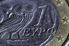Изображение совы на аверсе греческого варианта монеты 1 евро. Афины, 22 марта 2015 года. Курс евро растет, поскольку Греция направила кредиторам новое предложение накануне очередных переговоров, которые пройдут в понедельник. REUTERS/Yannis Behrakis