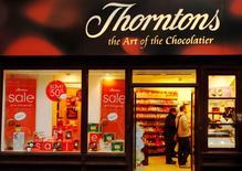 Le groupe italien Ferrero, qui fabrique la pâte à tartiner Nutella, a fait une offre de 112 millions de livres sterling (près de 157 millions d'euros) sur le fabricant de chocolat britannique Thorntons, dont il détient déjà 29,9%.  /Photo d'archives/REUTERS/Luke MacGregor